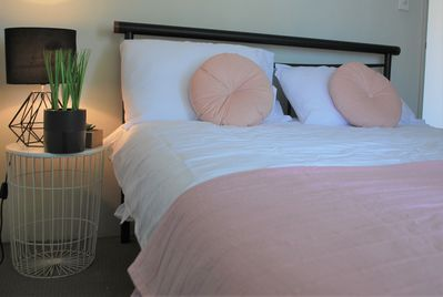 Comfy queens size bed, fresh clean and crisp linen
