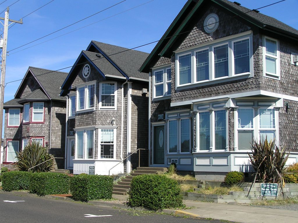 Groovy 3 Queen Anne Victorians Side By Side In Newports Nye Beach Pets Ok Hot Tubs Home Interior And Landscaping Spoatsignezvosmurscom