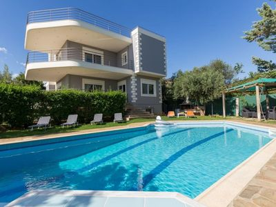 Photo for 290m² Villa with Pool close to the Airport.