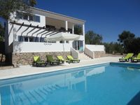 Wow what a great massive villa really near to some great restaurants and interesting places