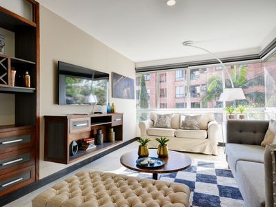 Photo for Beautiful Sunny Apartment Close to Nightlife & Restaurants