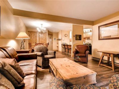 Beautiful condo with winter shuttle & shared hot tubs, pool, sauna & clubhouse