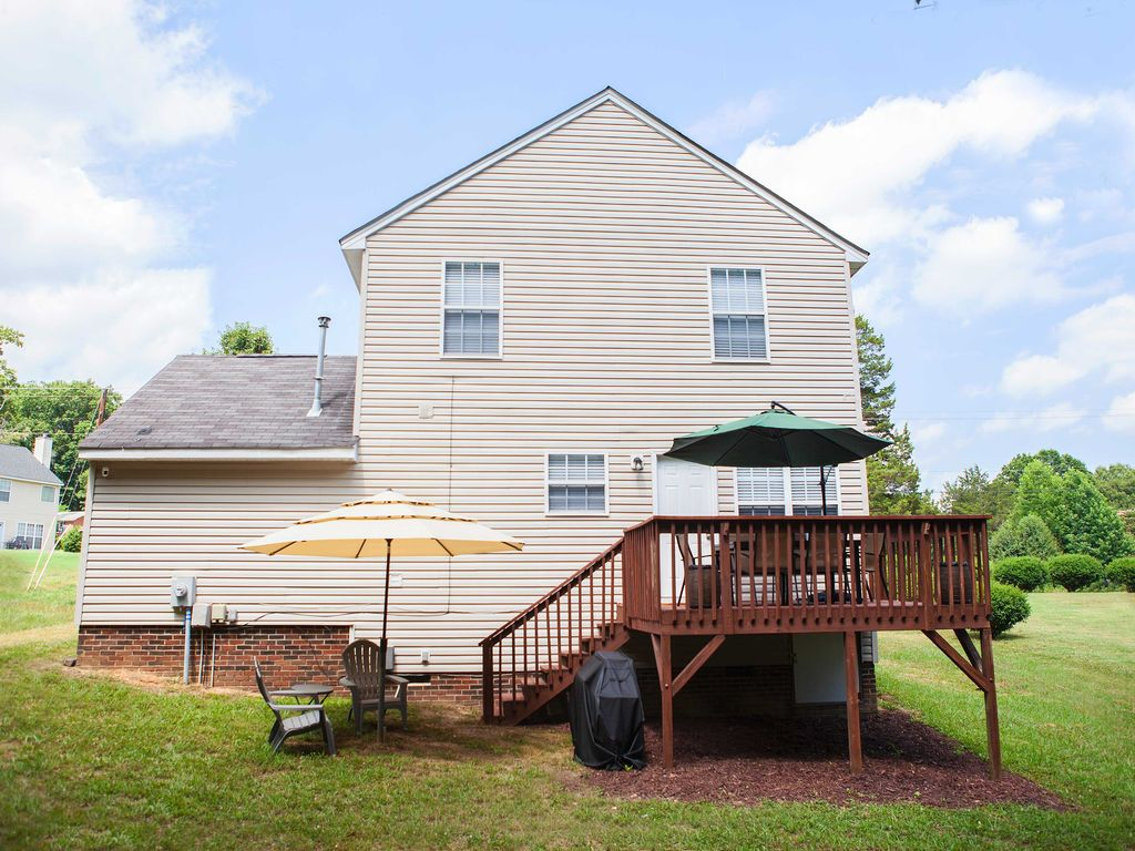 Updated Charlotte Home w/Deck - 10 Minutes to UNCC