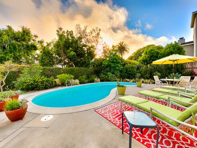 25% OFF DEC- Outdoor Living, Pool, Walk to Beach, Shops + Dining!