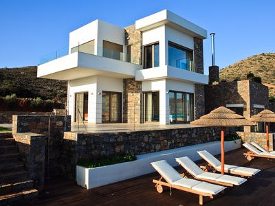Photo for Alluring holiday villa with an amazing pool and majestic views!