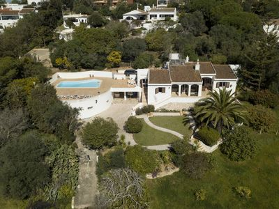 Photo for Rustic villa with pool, well located and with sea view.