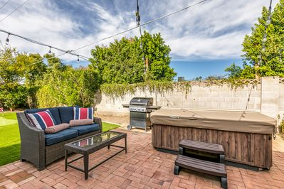 Fully Enclosed Entertaining Back Yard With Jacuzzi/Hot Tub•Putting Green & BBQ