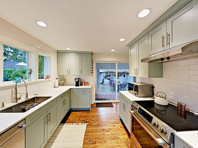 Kitchen - Sliding glass doors lead to the interior courtyard with a dining table for 6.