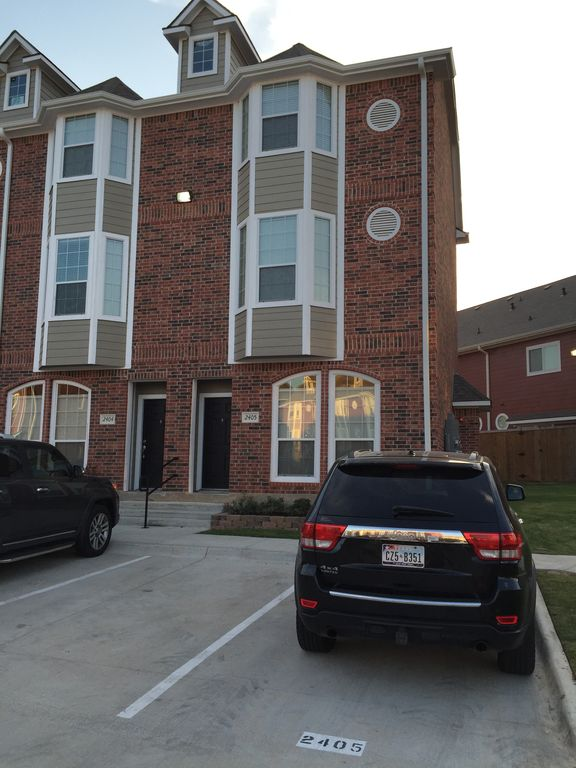 4 BR/4 1/2 Bath, 3 Story Townhome, Built in 2015, 1 1/2 Miles From Tamu