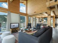 A remarkable chalet with stunning views, attractive interior and good beds with a nice welcoming