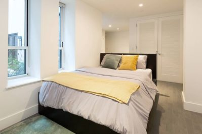 Comfortable queen bed with color-blocking detail