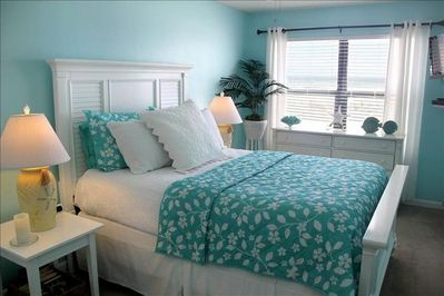 Gulf front master bedroom with queen size bed.