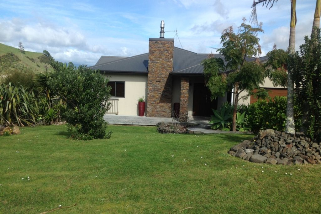 Spectacular views large and modern homeaway whitianga for Big modern house tour