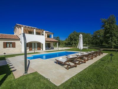 Photo for Comfortable villa with spacious garden and private pool, 12 km from Porec and the beach