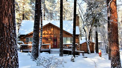 CLOSE TO SLOPES, LAKE and VILLAGE!! Beautiful Family Cabin with Spa & Foosball
