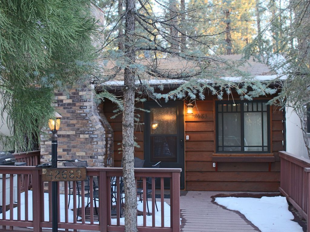 In the heart of big bear close to mountai homeaway for Big bear 2 person cabin