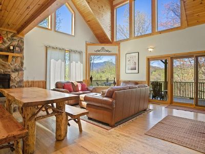 Above It All- PET FRIENDLY, HOT TUB, POOL TABLE, 10 minutes to Ski Sugar Mountain, Close to High ...