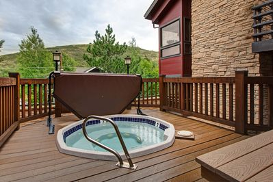 Hot Tub - Take in gorgeous tree-lined views while you soak in one of the 2 hot tubs on-site.