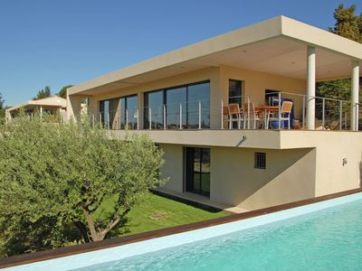 Photo for Exclusive tasteful villa in a great location near lively and historic Avignon.
