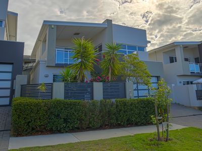 Photo for Light & Bright: New modern house 5 min from beach!