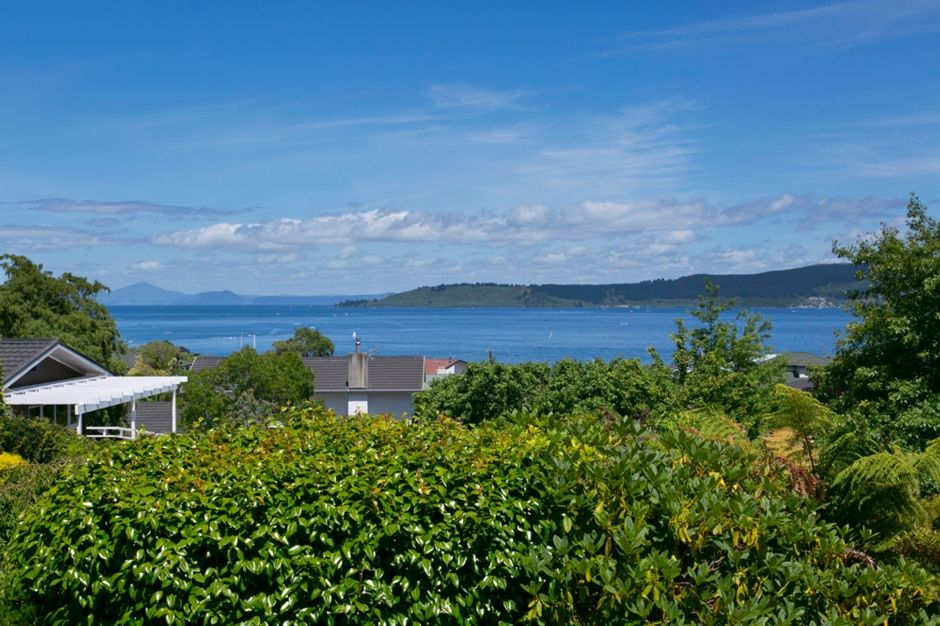 Taupo lake escape great location thermal plunge pool for Minimalist house lake taupo