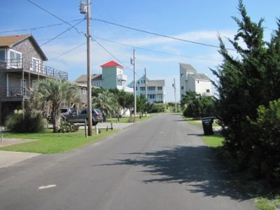 Beautiful Sutton Place, beach access at end of lane.