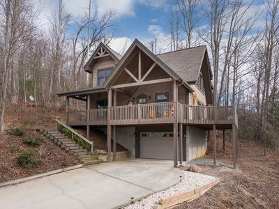 Photo for Incredible 5 STAR Luxury Cabin, family friendly, pet friendly, CLOSE TO DOWNTOWN