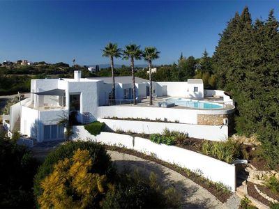 Photo for Atmospheric luxury beach villa on super spot in Carvoeiro