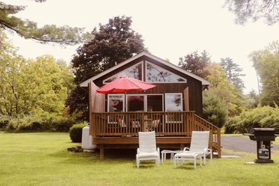Dreamcatcher Cottage with private deck, gas BBQ, and private driveway