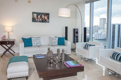 Living room and northwest view of the Miami River and the city, seen from above.