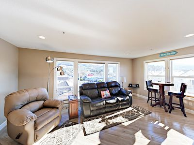 Walk to Rockaway Beach! Beautifully Updated Ocean View Retreat