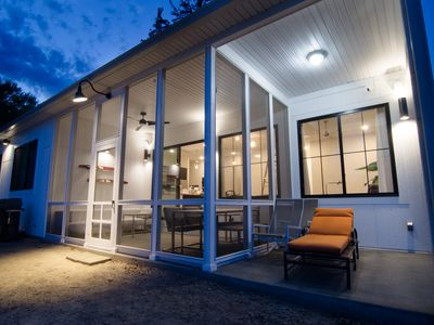 WOW-modern NEW house on Lake Shafer: Hot tub, beach, firepit, playground, games!