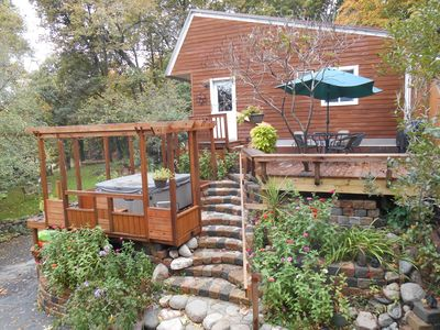 Great retreat for one or two couples Private deck & hot tub, 18 steps get you in