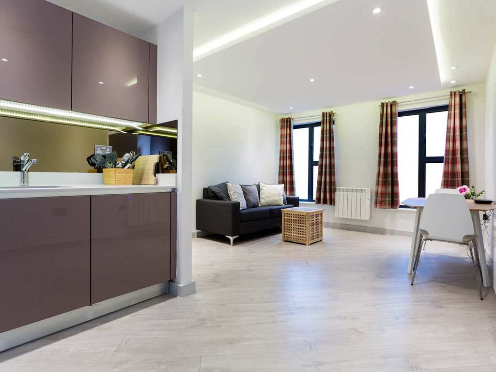 First floor modern flat sleeps 2 only one minute from tube veeve