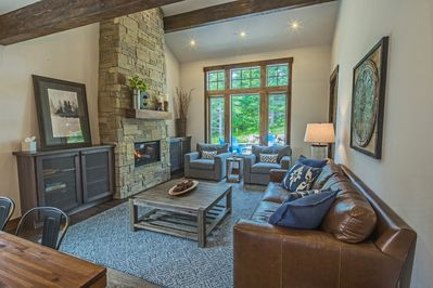 Miner's Gold in Suncadia - Fantastic living room with a floor to ceiling gas fireplace and comfortable furniture.