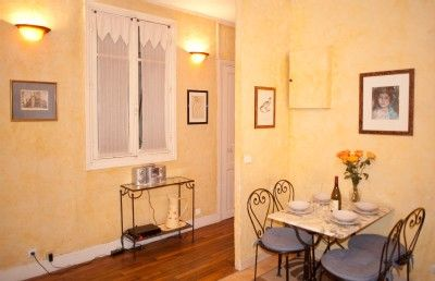Photo for Rue Saint Martin. Ideal 2 bed in the Marais just by the Seine and metro line 1