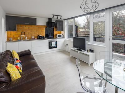 Photo for Bright & Modern 4Bed 2Bath 2Mins to Tube