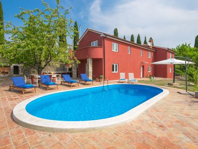 Photo for Cosy apartment for 6 people with WIFI, private pool, A/C, TV, balcony, pets allowed and parking