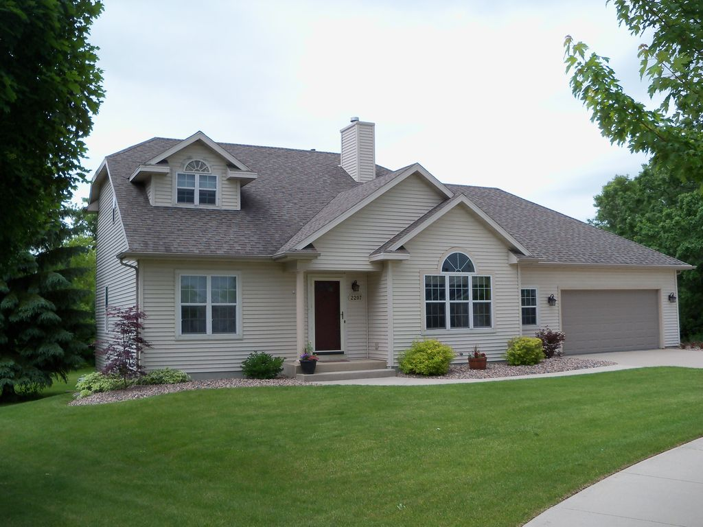 4 bedroom, 3 Bath Home only 9 Minutes from Road America
