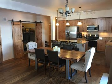 Brand New! Luxury condo, Pool and Hot Tub, Ski Shuttle, Downtown, Close to All!