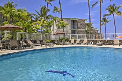 Find seaside serenity at this vacation rental condo in Kailua Kona!