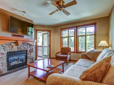 Photo for Ski-in/ski-out condo with lovely ski views and access to a shared pool & hot tub