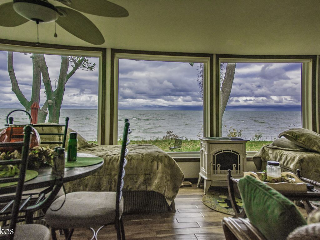 Vermilion ohio beautiful lake front beach h vrbo for Lake front view