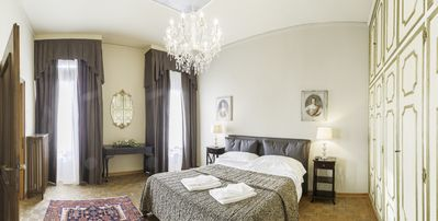 Photo for San Marco Deluxe Canal View Balcony - Apartment for 6 people in Venecia