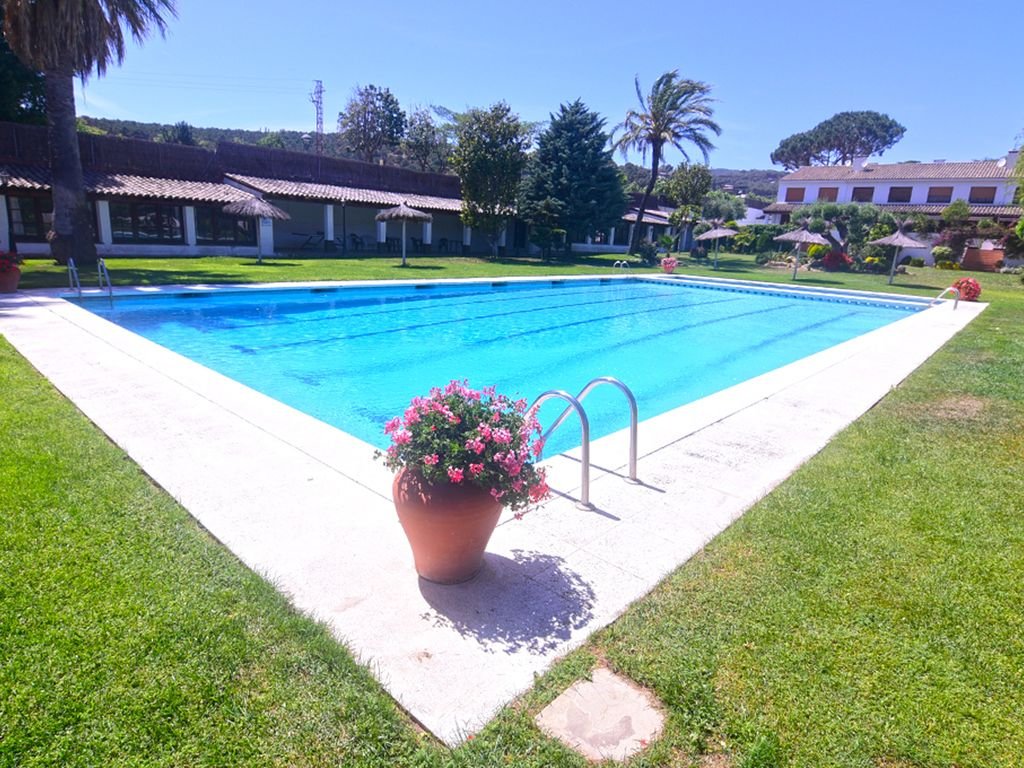 Luxury villa with pool 25km from barcelona and 2 km from for Barcelona pool garden 4