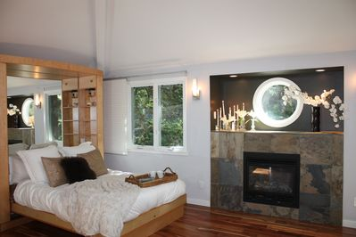 Private Cottage with fireplace, bathtub and full kitch. Cascade Dr. along creek