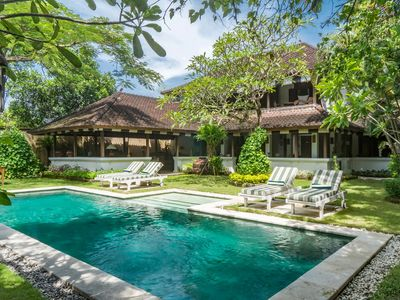 The Colonial White House Villa, 4bed, feature gardens, close to beach, Seminyak