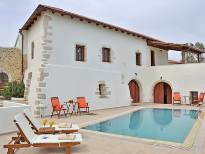 Photo for Beautiful villa with pool next to all amenities in Kefalas village