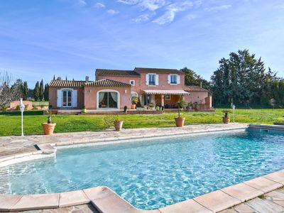 Photo for Pretty Provençal Villa, beautiful garden, large swimming pool, ideally located.
