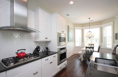 Chef's kitchen with gas cooktop !
